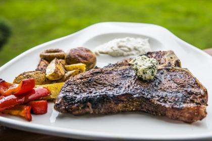 T-Bone Stek z grillowanymi warzywami i dipem na bazie grillowanego czosnku