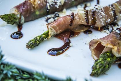Zielone szparagi z soczystym melonem i szynką parmeńską
