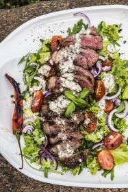 Stek New York na sałacie z dressingiem z niebieskiego sera pleśniowego