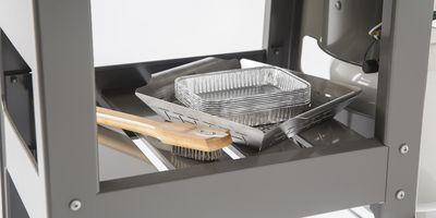 Powierzchnia do przechowywania pod grillem to doskonałe rozwiązanie na pomieszczenie wszelkich przypraw i potrzebnych podczas grillowania akcesoriów.